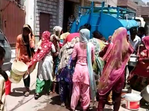 बीकानेर के मोहल्लों में जल संकट कुछ इस तरह का है। - Dainik Bhaskar