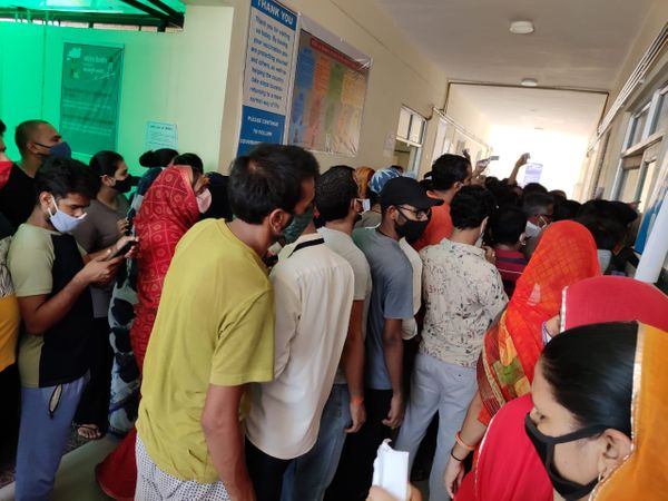 एक दिन पहले कुचामन में वैक्सीन लगवाने वालों की भीड़। - Dainik Bhaskar