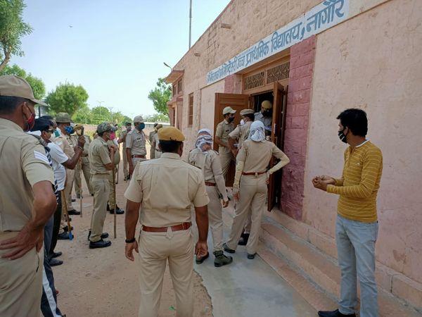 पुलिस जाब्ते के साथ ताले तुड़वाता प्रशासन। - Dainik Bhaskar