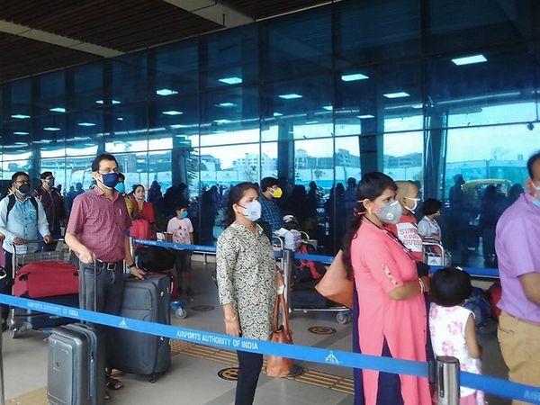 काफी समय बाद पटना एयरपोर्ट पर यात्रियों की लंबी लाइन देखी गई। - Dainik Bhaskar