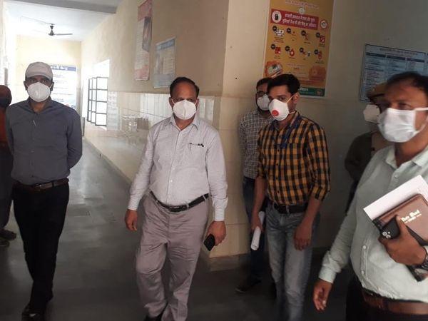 श्रीगंगानगर के निकट गांव चूनावढ़  में रविवार  को निरीक्षण करते कलेक्टर। - Dainik Bhaskar