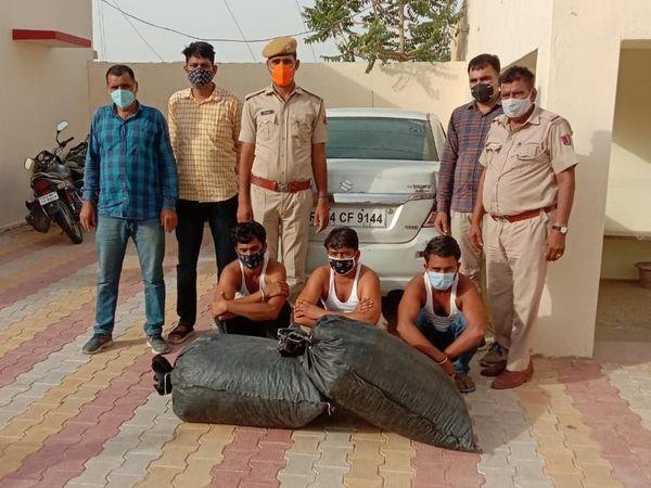 श्रीगंगानगर के रावला क्षेत्र में  रविवार को पोस्त के साथ पकड़े  गए आरोपी। - Dainik Bhaskar