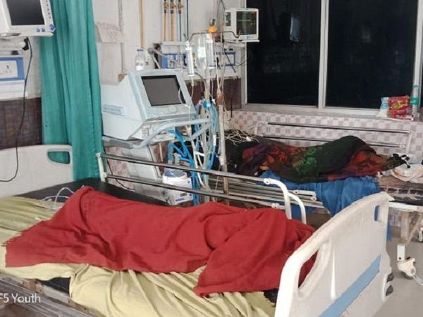 दरभंगा मेडिकल कॉलेज एंड हॉस्पिटल (DMCH) के शिशु वार्ड में पड़े एक ही परिवार के दो बच्चों के शव। - Dainik Bhaskar