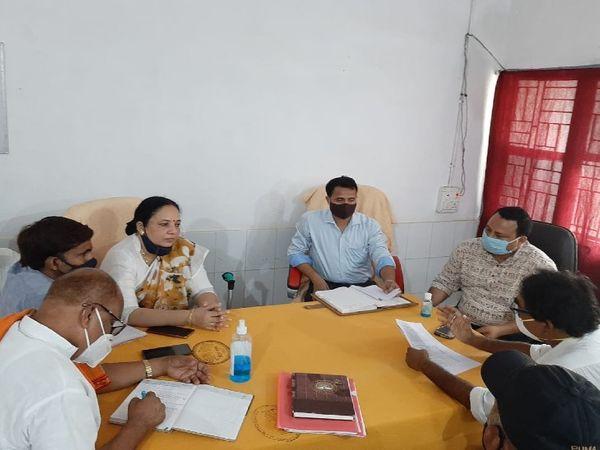 अस्पताल में सुविधाओं के बारे में जानकारी लेते विधायक डॉ निक्की हेम्ब्रम। - Dainik Bhaskar