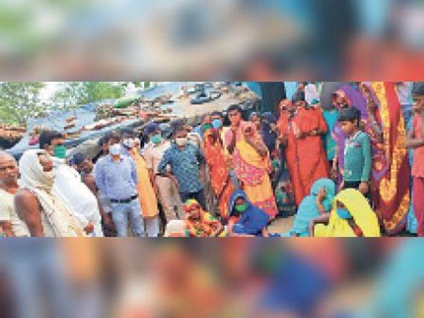 हरसिंहपुर पंचायत में 7 वर्षीय बालक की मौत पर विलाप करते परिजन। - Dainik Bhaskar