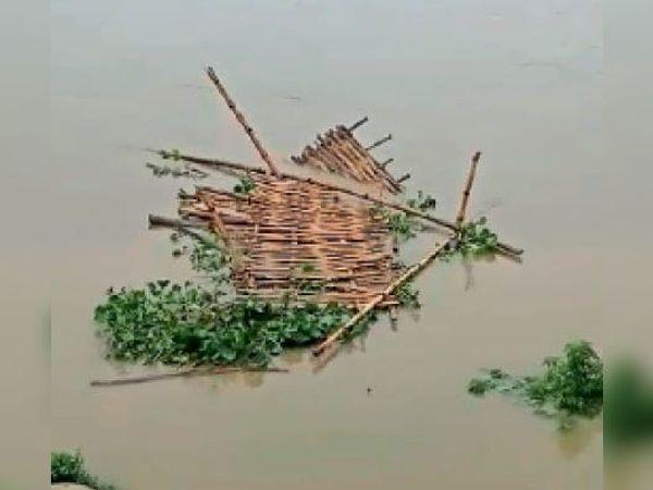सुन्दरपुरघाट पर सिकरहना नदी में बना चचरी पुल बहा। - Dainik Bhaskar