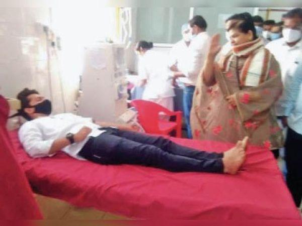 रक्तदान कर रहे युवा काे मंत्री ठाकुर ने सैल्यूट किया। - Dainik Bhaskar