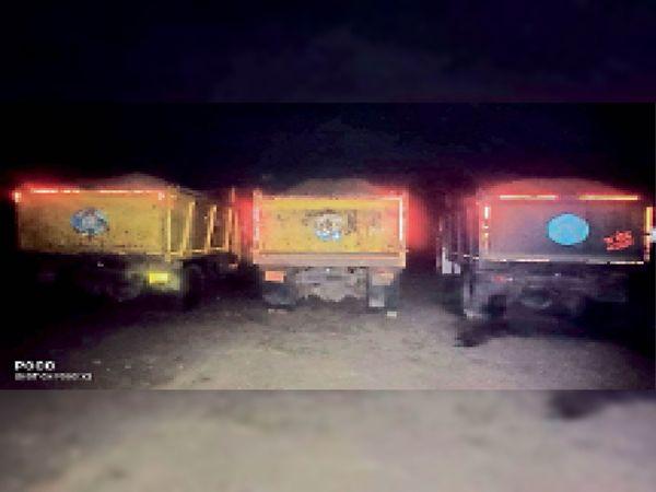 फतेहपुरा में कार्रवाई कर पकड़े बजरी से भरे तीन डंपर। - Dainik Bhaskar