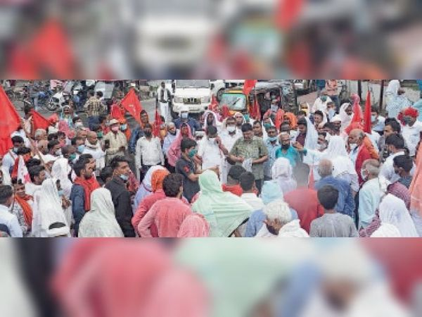 हॉस्पिटल गाेलंबर के पास रविवार को सड़क जाम कर नारेबाजी करते माकपा के कार्यकर्ता। - Dainik Bhaskar
