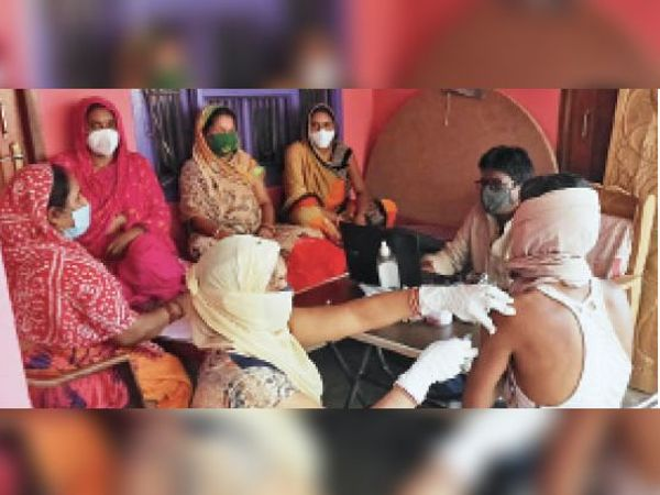 पुनाैरा में लाेगाे काे वैक्सीन देते स्वास्थकर्मी। - Dainik Bhaskar