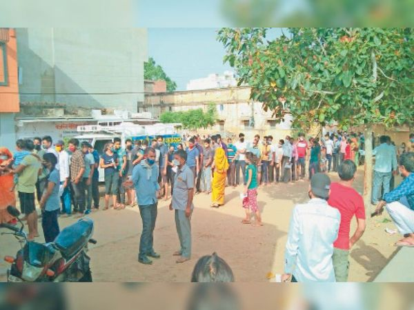 सिंघाना. टीकाकरण के लिए पुराने अस्पताल के बाहर लगी लंबी लाइन। - Dainik Bhaskar