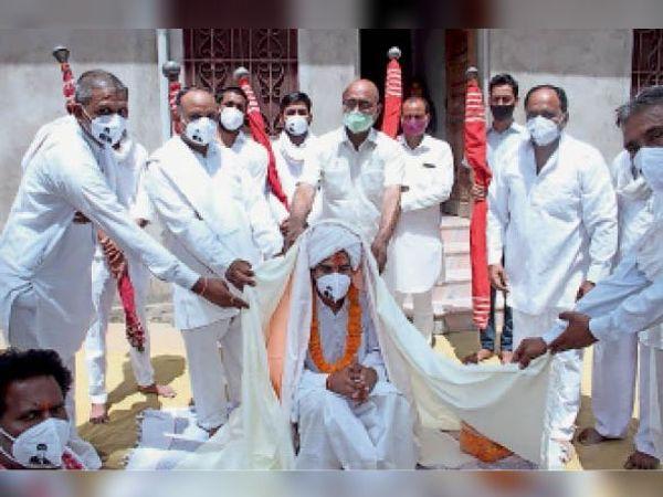 उदयपुरवाटी. महंत सुरेश दास स्वामी को चादर ओढ़ाते हुए - Dainik Bhaskar