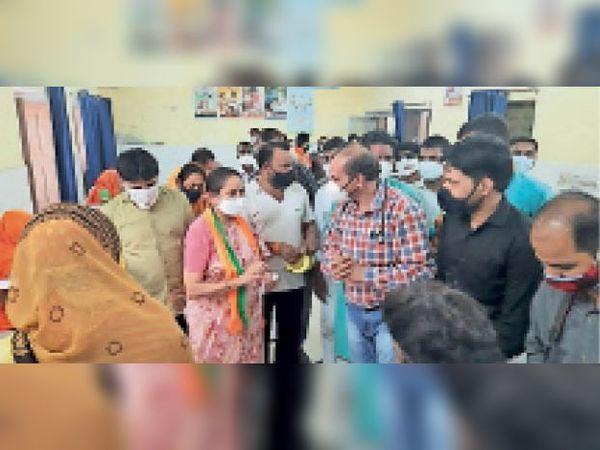 चाकसू | सेटेलाइट अस्पताल चाकसू का निरीक्षण करती सांसद जसकौर। - Dainik Bhaskar