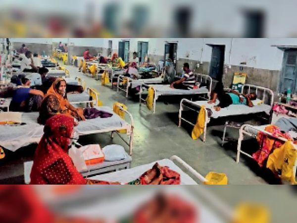 महात्मा गांधी अस्पताल में कोरोना वार्ड में पहले सारे बेड भरे थे। अब अधिकाशं खाली। - Dainik Bhaskar