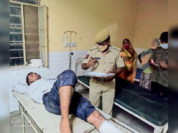 मेलावास में हमले में घायल व्यक्ति का बयान लेती पुलिस। - Dainik Bhaskar