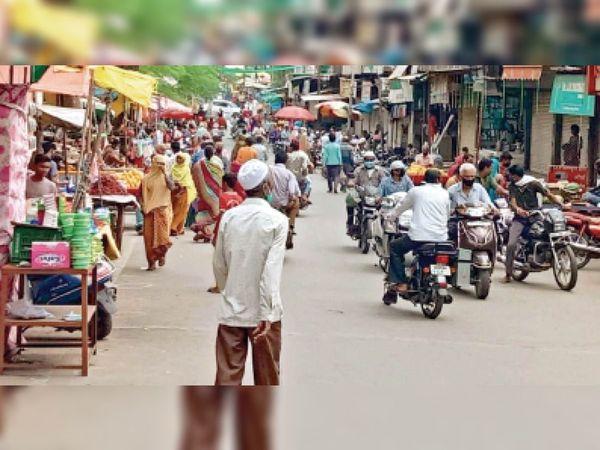 जिले में 1 सप्ताह से ही कुछ छूट दी जा चुकी है। बाजार में लोगों की आवाजाही काफी संख्या में हो रही है। - Dainik Bhaskar
