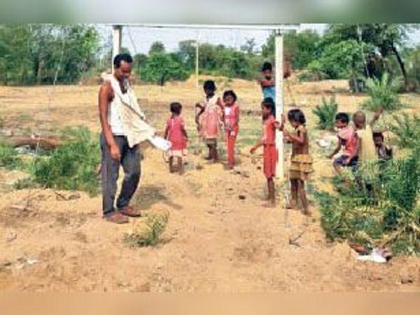 सुबह 10 बजे खेलते हुए जगुआजोर गांव के बच्चे। - Dainik Bhaskar