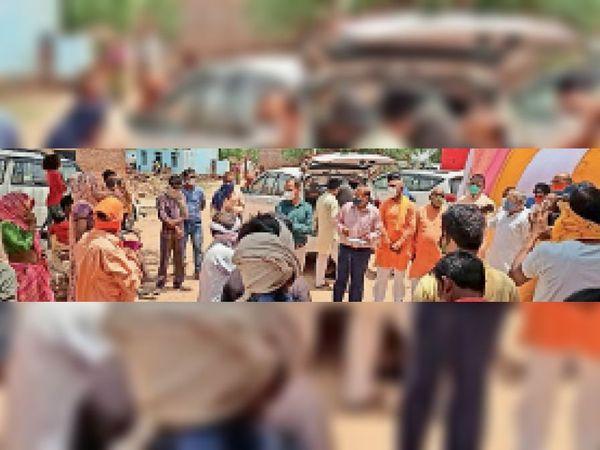 दिनारा के जरगावा चक में आदिवासियों से चर्चा करते सांसद। - Dainik Bhaskar