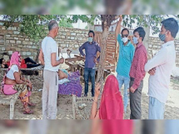 ल्होसघानी गांव में ग्रामीणों से चर्चा करते बीएमओ। - Dainik Bhaskar