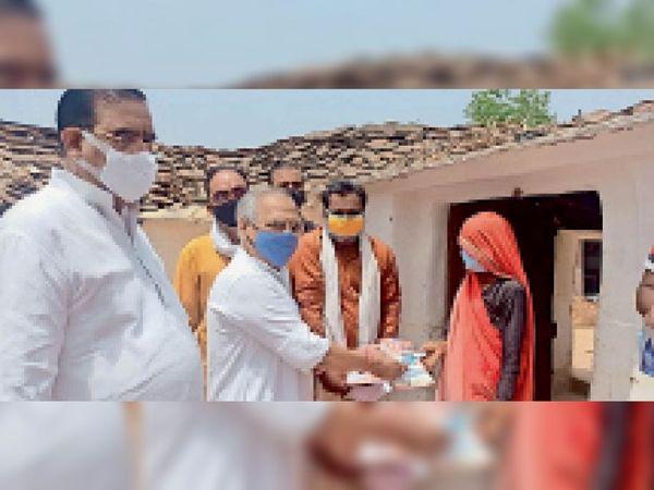 ग्रामीण महिलाओं को मास्क बांटते सांसद विवेक नारायण शेजवलकर। - Dainik Bhaskar