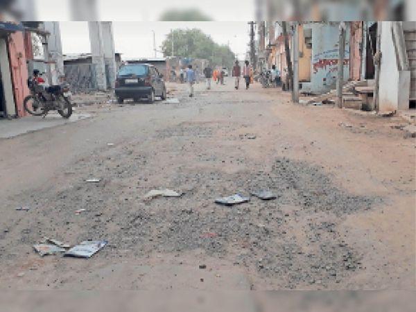 चार साल पहले बनी पुराना गाड़ी अड्डा रोड जो घटिया निर्माण के चलते जर्जर हालत में पहुंच गई है। - Dainik Bhaskar