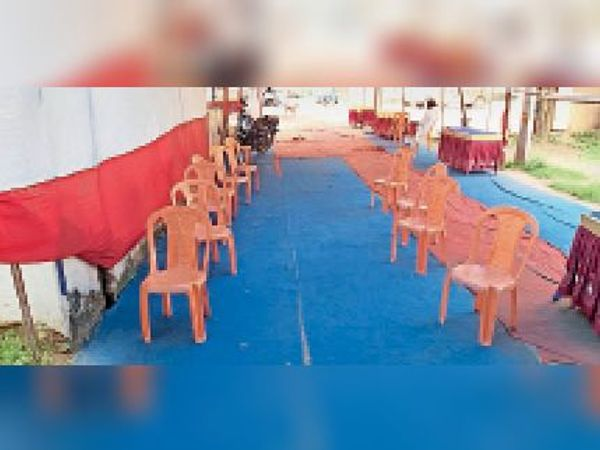 सदर अस्पताल के वैक्सीनेशन सेंटर में खाली पड़ी कुर्सियां। - Dainik Bhaskar