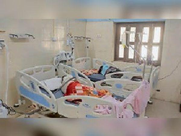 सदर अस्पताल के आईसीयू में भर्ती मरीज। - Dainik Bhaskar
