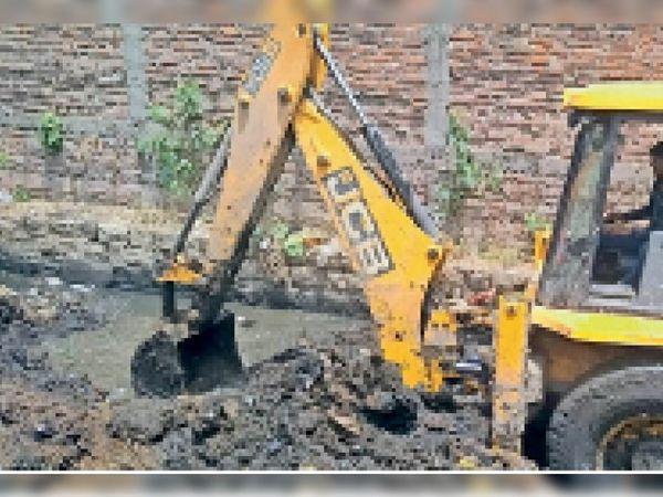 गोरमी नगर में जेसीबी मशीन से नाले की सफाई होती हुई । - Dainik Bhaskar