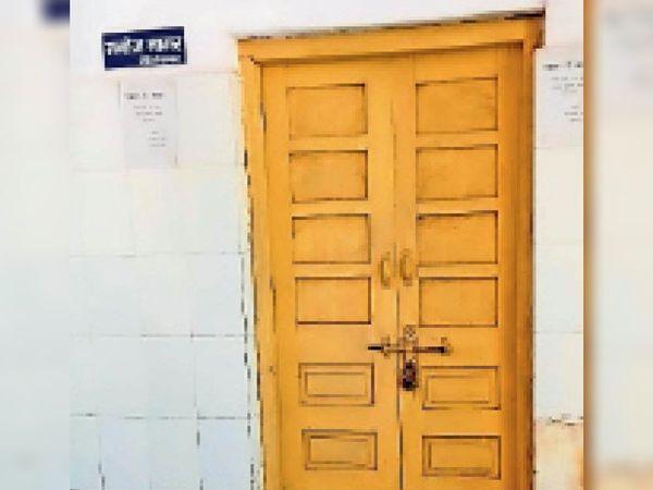 सामुदायिक स्वास्थ्य केंद्र अटेर के इस कमरे में दो महीने से बंद है एक्सरे मशीन । - Dainik Bhaskar