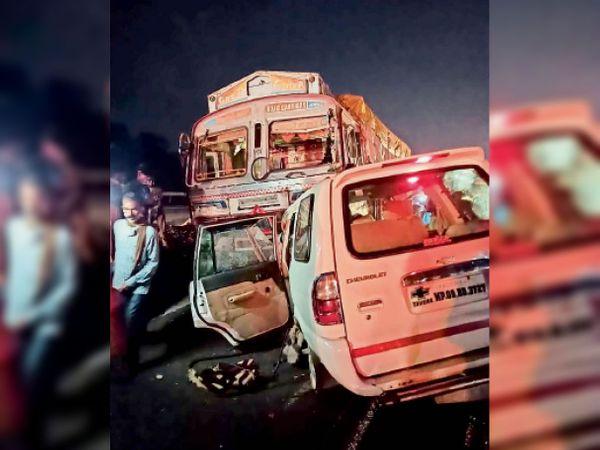 बायपास पर देवझीरी के नजदीक टवेरा और ट्रक की भिड़ंत में क्षतिग्रस्त वाहन। - Dainik Bhaskar