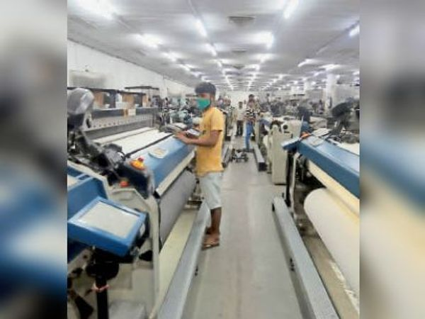 रीको स्थित फैक्ट्री में कपड़ा बनाने की मशीनों पर लगे श्रमिक। - Dainik Bhaskar