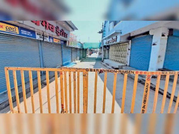 शहर में कोरोना कर्फ्यू के चलते इस तरह बंद थी दुकाने है। - Dainik Bhaskar