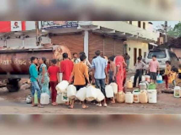 शहर में पानी सप्लाई नहीं होने के कारण टैंकर से पानी भरते वार्डवासी। - Dainik Bhaskar