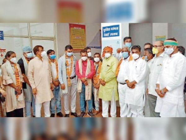थांदला. सिविल अस्पताल पहुंचकर सांसद ने डाॅक्टर व नर्स का सम्मान किया। - Dainik Bhaskar