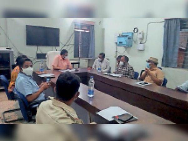 बैठक में साेमवार काे भी बाजार बंद रखने का निर्णय लिया गया। - Dainik Bhaskar