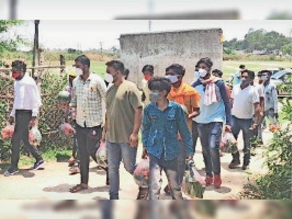 चिरमिरी समेत ग्रामीण अंचलो तक युवाओं ने पहुंचाई मदद। - Dainik Bhaskar
