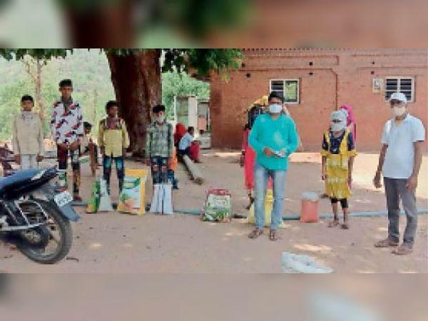आलीराजपुर. ग्रामीणों को जांच के लिए प्रोत्साहित कर रहे वॉलेंटियर्स। - Dainik Bhaskar