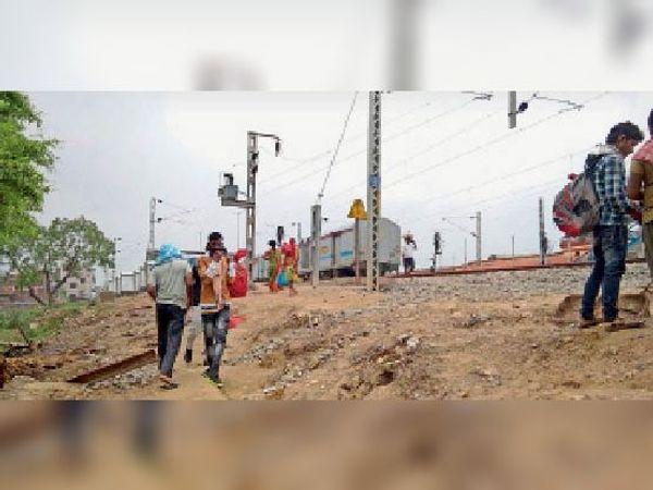 इसी कठिन रास्ते से होकर यात्री स्टेशन आते जाते यात्री। - Dainik Bhaskar