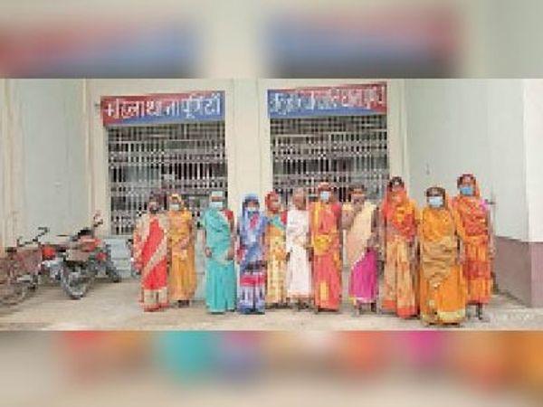 एससीएसटी थाना में आवेदन देने पहुंची महादलित समुदाय की महिला। - Dainik Bhaskar