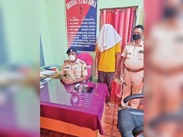 मामले की जानकारी देते अधिकारी व गिरफ्त में बदमाश - Dainik Bhaskar
