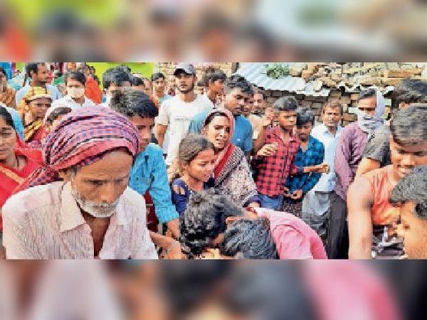 चौकीदार का शव मिलने के बाद रोते बिलखते परिजन - Dainik Bhaskar