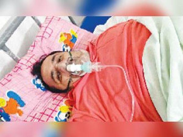 इलाज के दौरान संजय सेठी। - Dainik Bhaskar