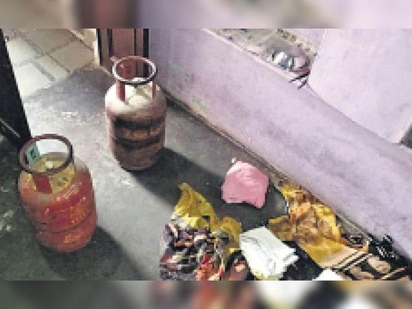 तालेड़ा. चोरों द्वारा कमरे में बिखेरा गया सामान। - Dainik Bhaskar