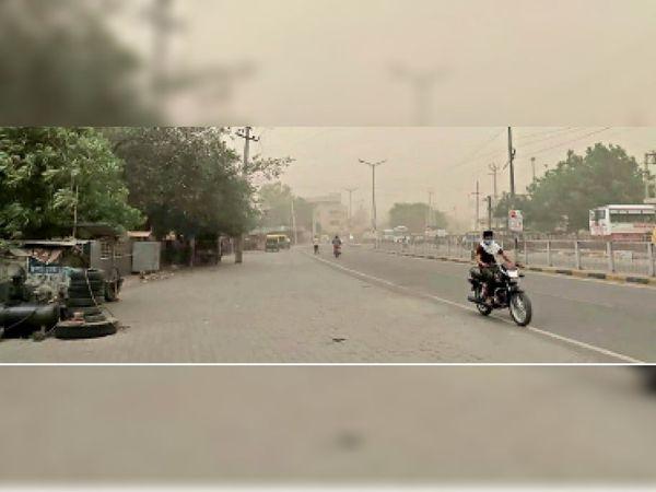 फतेहाबाद। रविवार शाम को आंधी के दौरान जीटी रोड का दृश्य। - Dainik Bhaskar