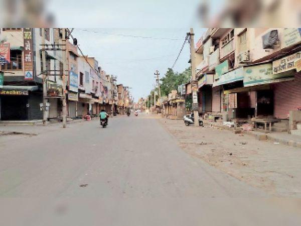 फतेहाबाद। तय समय के बाद थाना रोड पर बंद पड़ी दुकानें। - Dainik Bhaskar