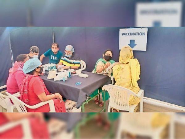 राधा स्वामी सत्संग भवन में कैंप लगाकर लगाई गई वैक्सीन। - Dainik Bhaskar