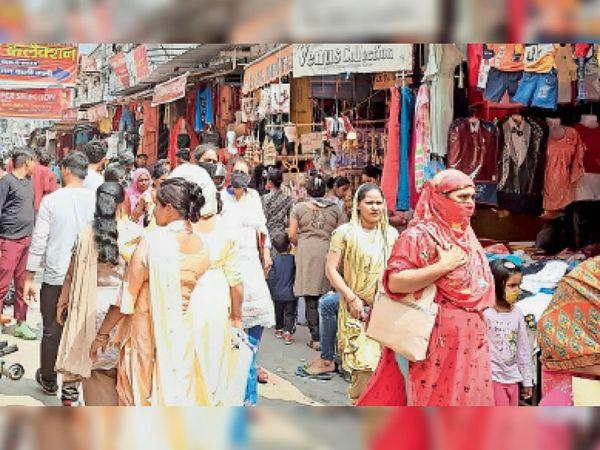 अन्य दिनों में पहले इस तरह हो रही थी बाजारों में भीड़। - Dainik Bhaskar