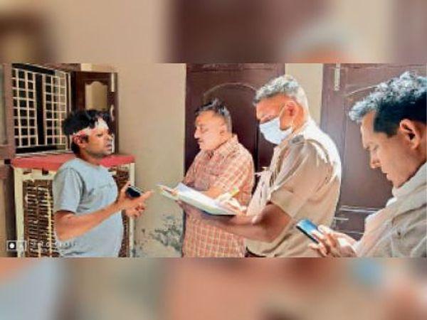 घटना के बाद पहुंची पुलिस घायल से पूछताछ करती हुई। - Dainik Bhaskar