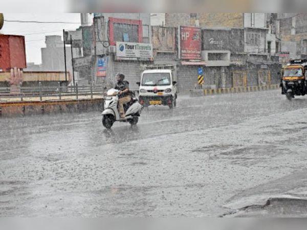 दिन में गर्मी और शाम को बारिश से मौसम खुशगवार... यास तूफान से जुड़ी नमी भरी हवाएं चलने से शहर में बदला मौसम। - Dainik Bhaskar