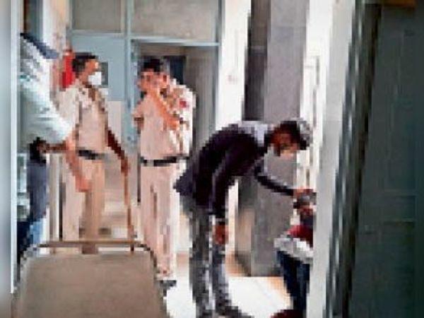 निजी अस्पताल में महिला की मौत के बाद विलाप करता बेटा और मौजूद पुलिस। - Dainik Bhaskar